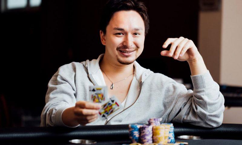 ギャンブルをしている外人