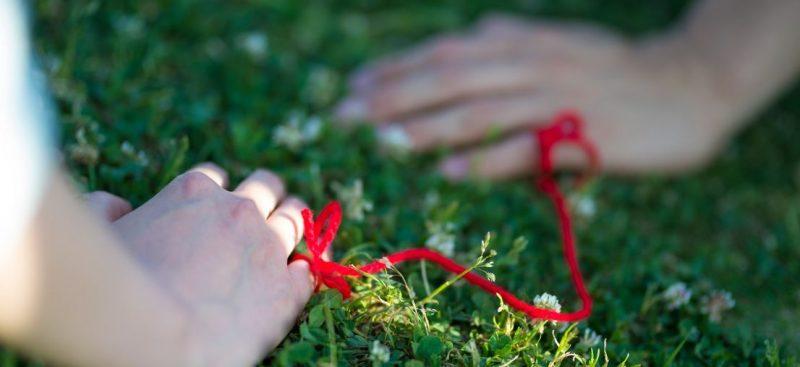 赤い糸で結ばれた指