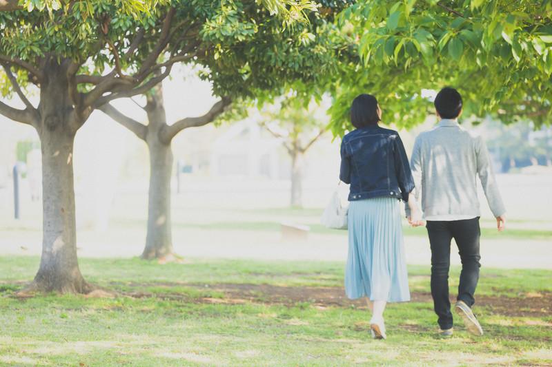 手をつないで歩くカップル