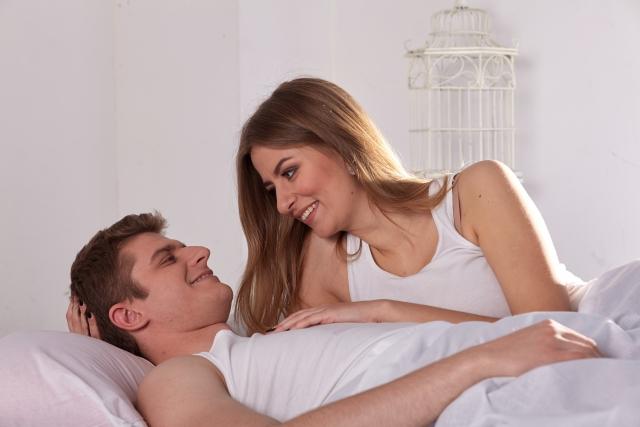 外国人カップルとベッド