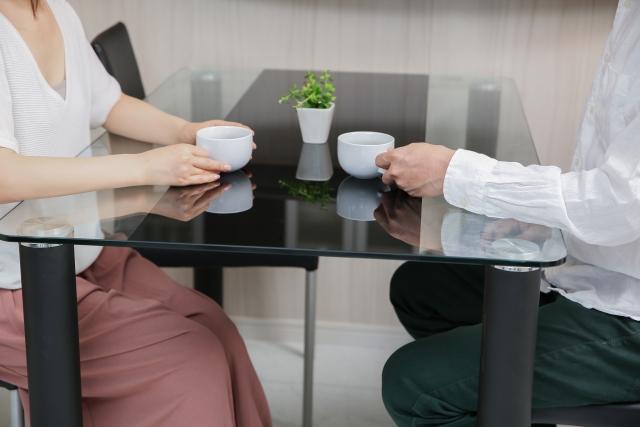 コーヒーを飲む男女