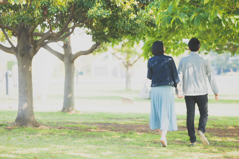 公園を歩くカップル